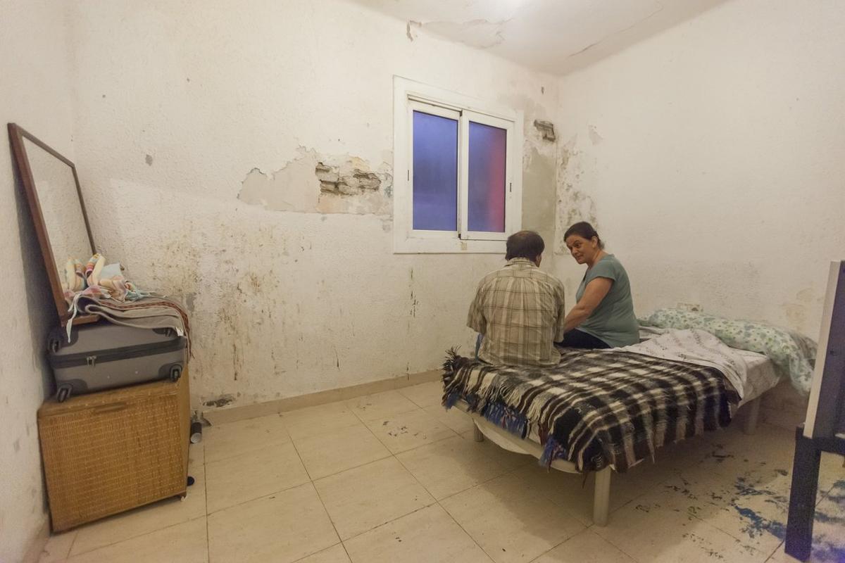 A la izquierda de la deteriorada habitación, Joaquín, uno de los hermanos; a la derecha, Yolanda, su madrina.