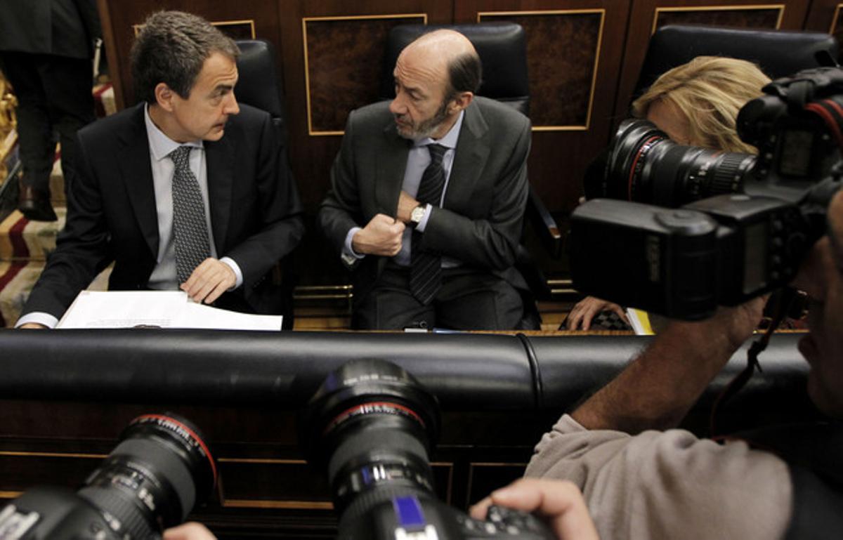 Zapatero junto a Rubalcaba, antes del debate de hoy en el Congreso.