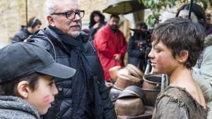 El director de la versión televisiva de 'La catedral del mar', Jordi Frades, en el centro, le da instrucciones a uno de los niños para la próxima escena del rodaje en Sos del Rey Católico.