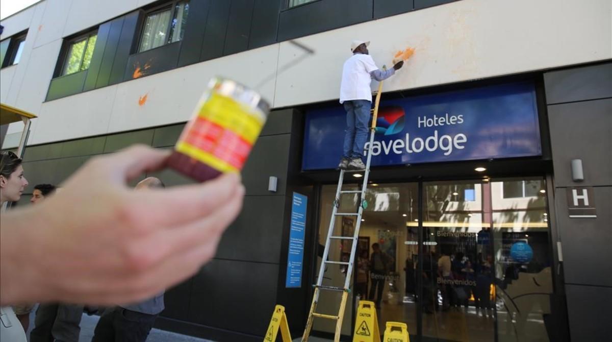 Los operarios del hotel Travelodge limpian las manchas de huevo y de pintura de la fachada, en mayo.