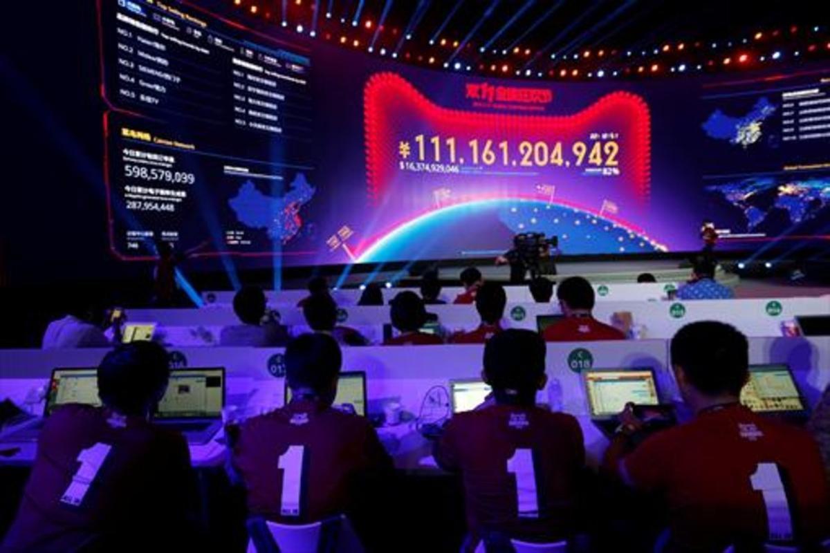 Empleados de Alibaba observan en una pantalla gigante el volumen de ventas de la empresa en elDía del Soltero en el 2019.