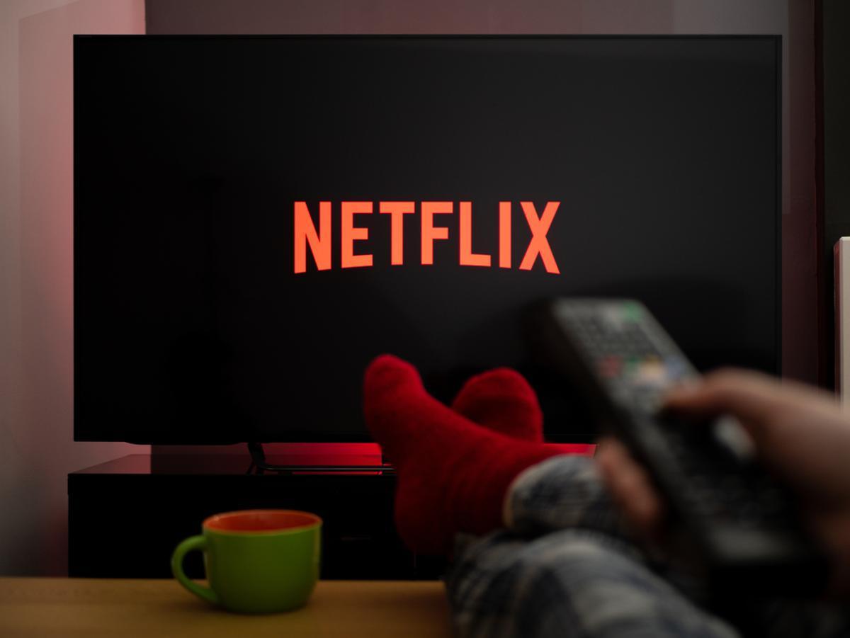 Una persona viendo Netflix en su televisor