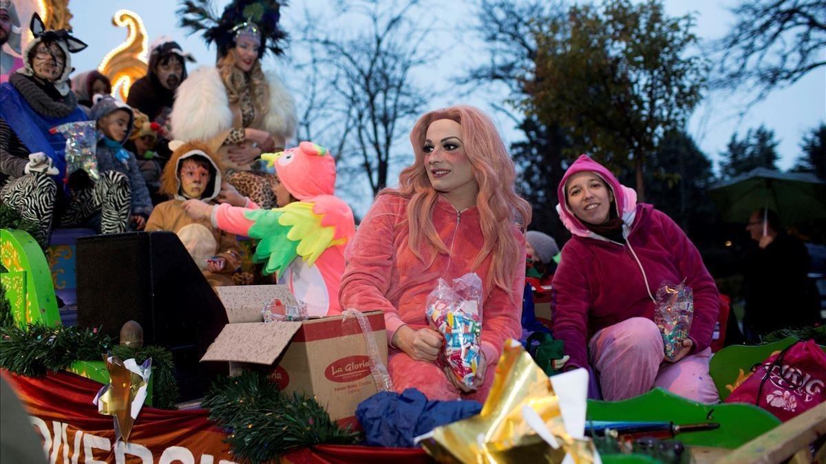La 'drag queen'La Prohibida en la carroza del Orgullo Vallekano durante la cabalgata de reyes del pasado viernes.