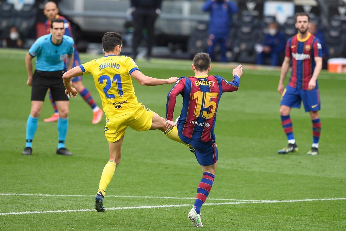 Lenglet golpea a Sobrino y provoca el penalti que dio el empate al Cádiz en el Camp Nou.