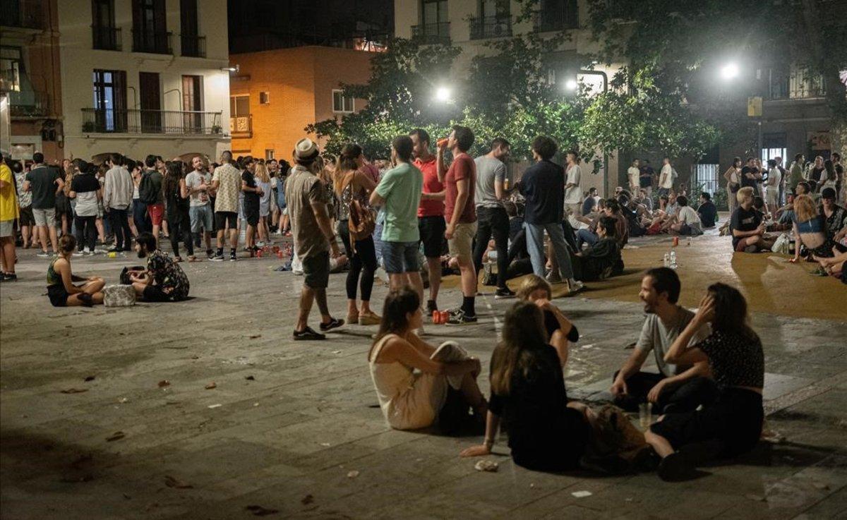 Fiesta en lla plaza del Sol, en Gràcia, durante la verbena de Sant Joan