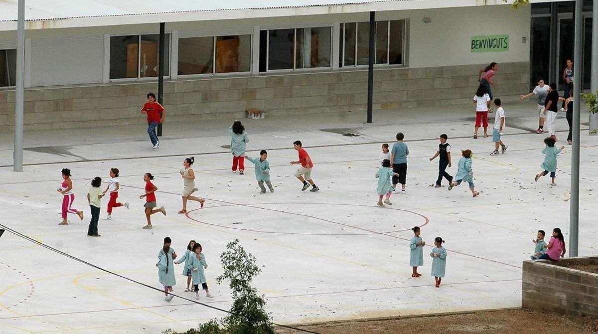 Un grupo de niños, en un centro escolar a la hora del patio.