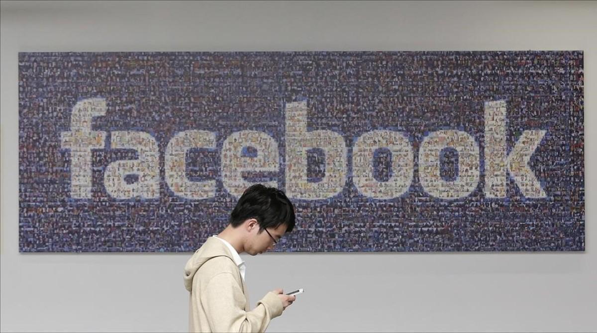 Un empleado de Facebook en la sede de la empresa.