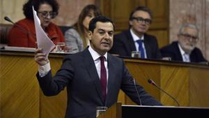 El presidente de la Junta de Andalucía, Juanma Moreno, en el Parlamento autonómico.