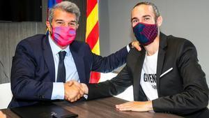 Laporta y Mingueza, tras la firma del nuevo acuerdo hasta el 2023 del defensa azulgrana.