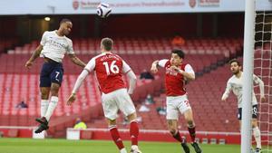 Sterling marca de cabeza el único gol del Arsenal-City.