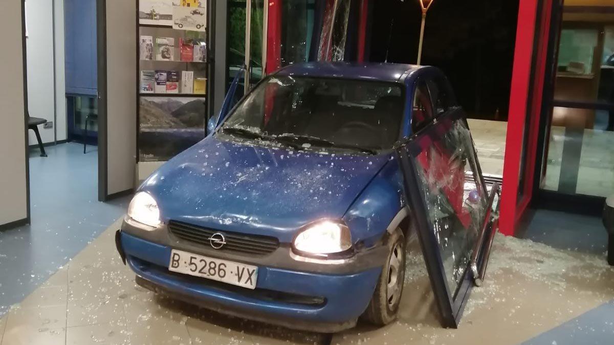 Imagen del coche empotrado en la comisaría de Ripoll.