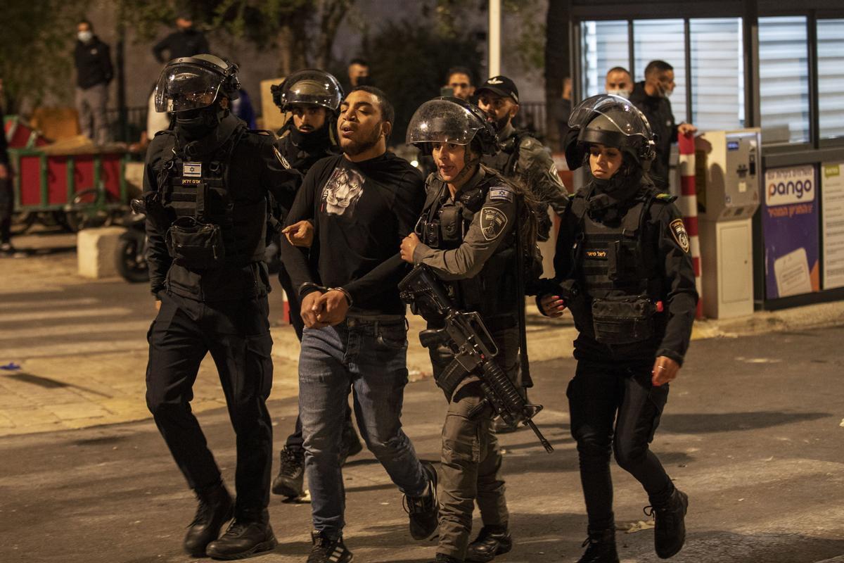 Agentes israelís llevan a un detenido palestino.