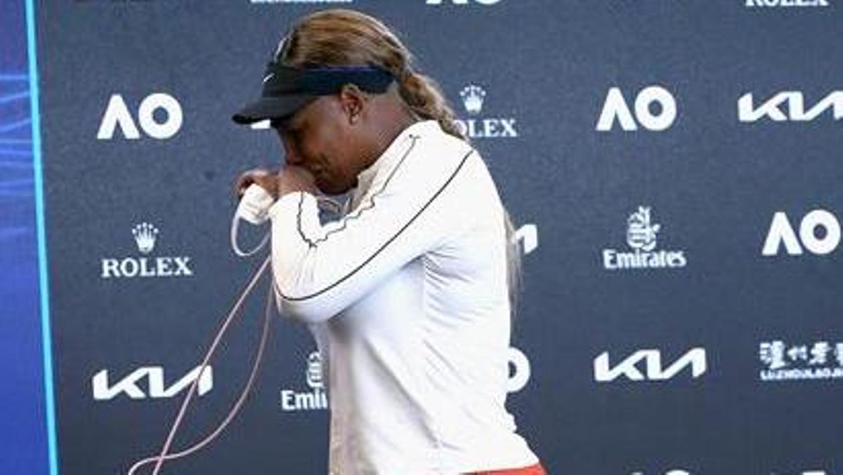 Serena Williams sale llorando de la sala de prensa.