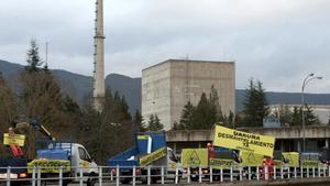 Protesta ecologista por el cierre de la central de Santa María de Garoña, en Burgos, en marzo del 2014.