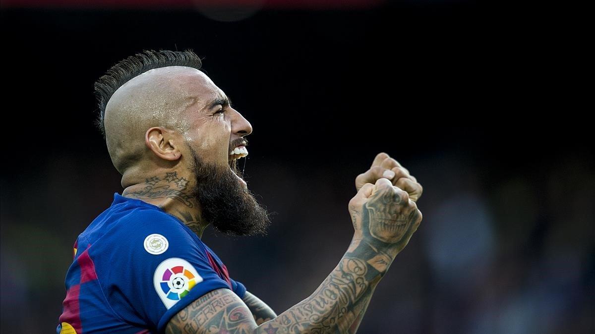 Arturo Vidal celebra su gol al Alavés en el Camp Nou,