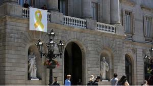 Collboni garanteix que l'Ajuntament acatarà la prohibició d'exhibir llaços grocs