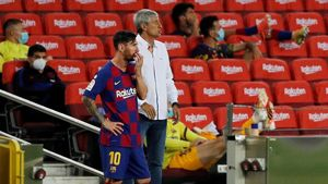 Messi y Setién durante el partido ante CA Osasuna