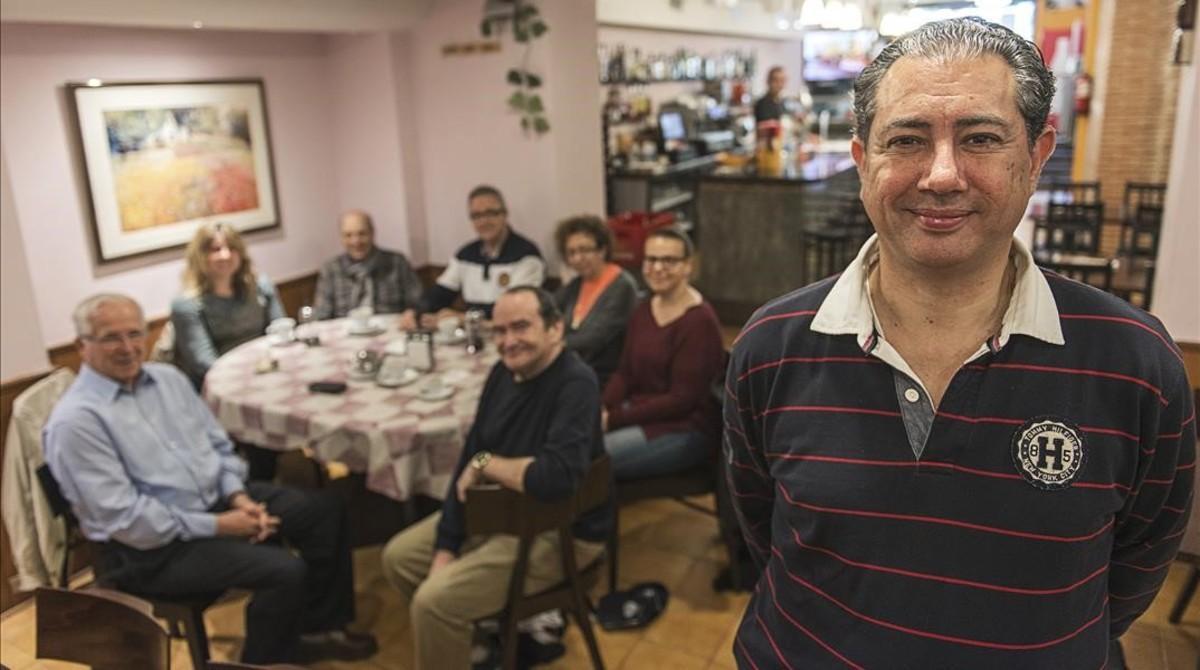 Grupo de conversación con el profesor Gary Walker en el bar Cal Ministre, los miércoles.
