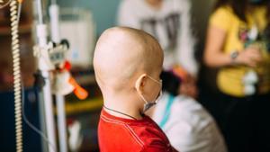 Un niño recibe un tratamiento contra el cáncer en un hospital.