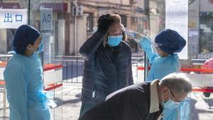 Personal médico atiende a pacientes por el coronavirus en China.