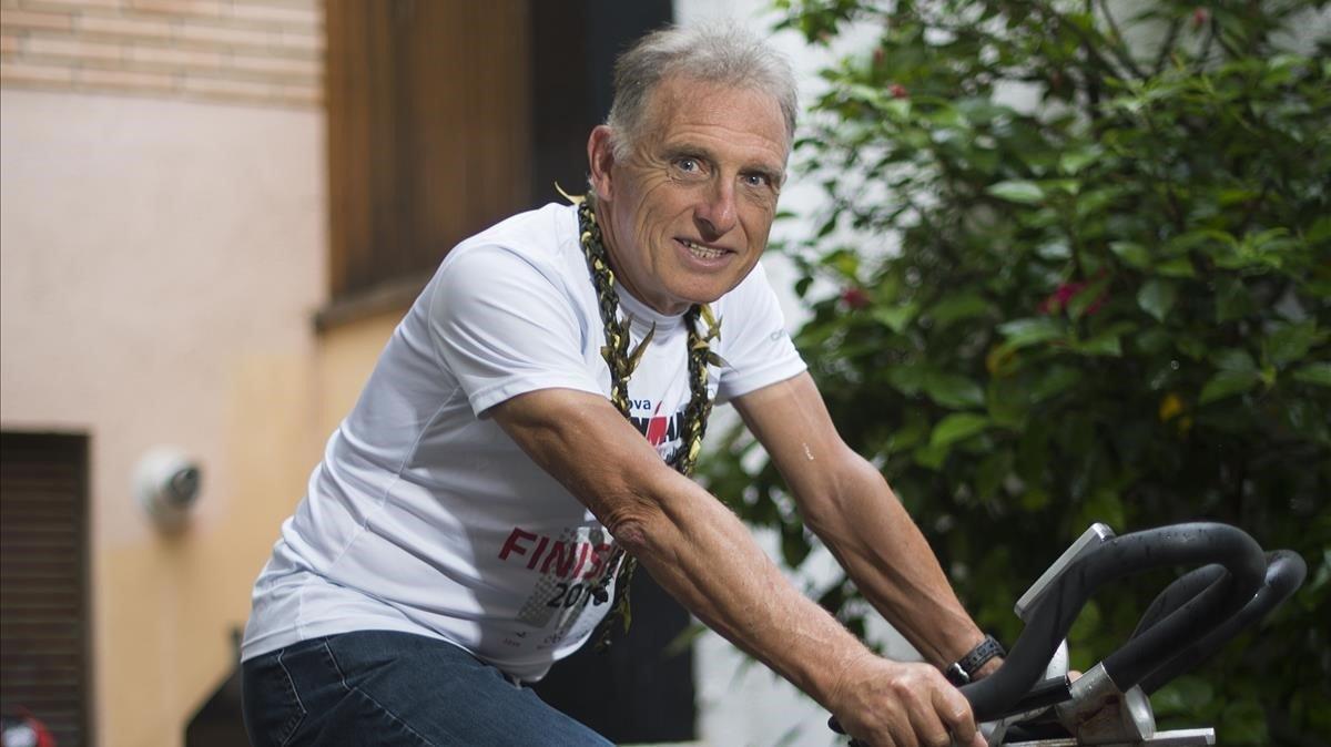 El exmarchador Josep Marin sobre la bicicleta estática tras conseguir un exitoso quinto puesto en el ironman de Hawai en el 2017.