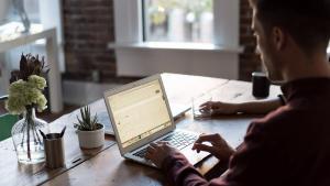Un hombre, con un ordenador.