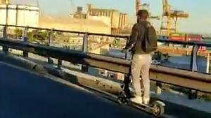 La Guardia Urbana intercepta un patinete en el ronda litoral de Barcelona
