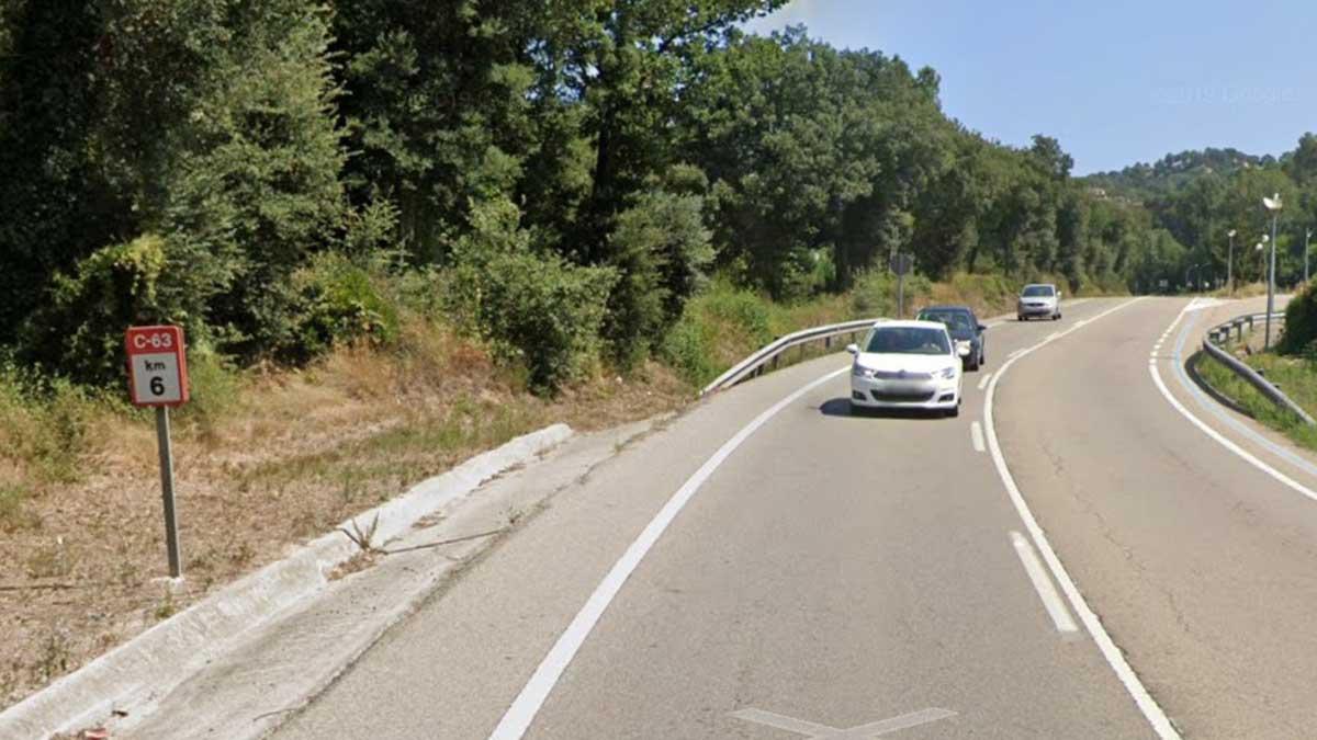 Dos menores mueren al chocar dos vehículos en Vidreres y los Mossos detienen a un conductor. En la foto, el punto kilométrico 6 de la C-63 donde se ha producido el accidente.