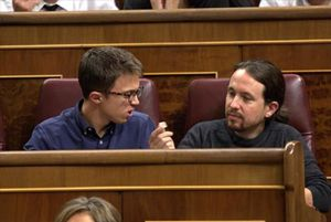 Pablo Iglesias ofrece a Íñigo Errejón un caramelo, ayer en el hemiciclo.