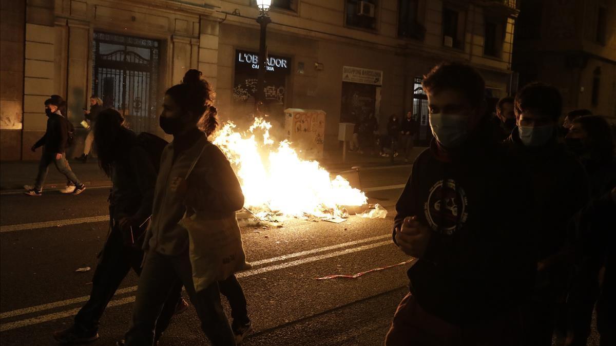 Hogueras en la calle el cuarto día de protestas por el encarcelamiento del rapero Pablo Hasél