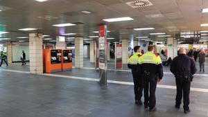 El vestíbulo de la estación de la plaza de Catalunya de Barcelona, vacío tras el desalojo de los manteros.