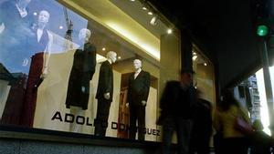 Un escaparate con modelos de Adolfo Domínguez en una imagen de archivo.