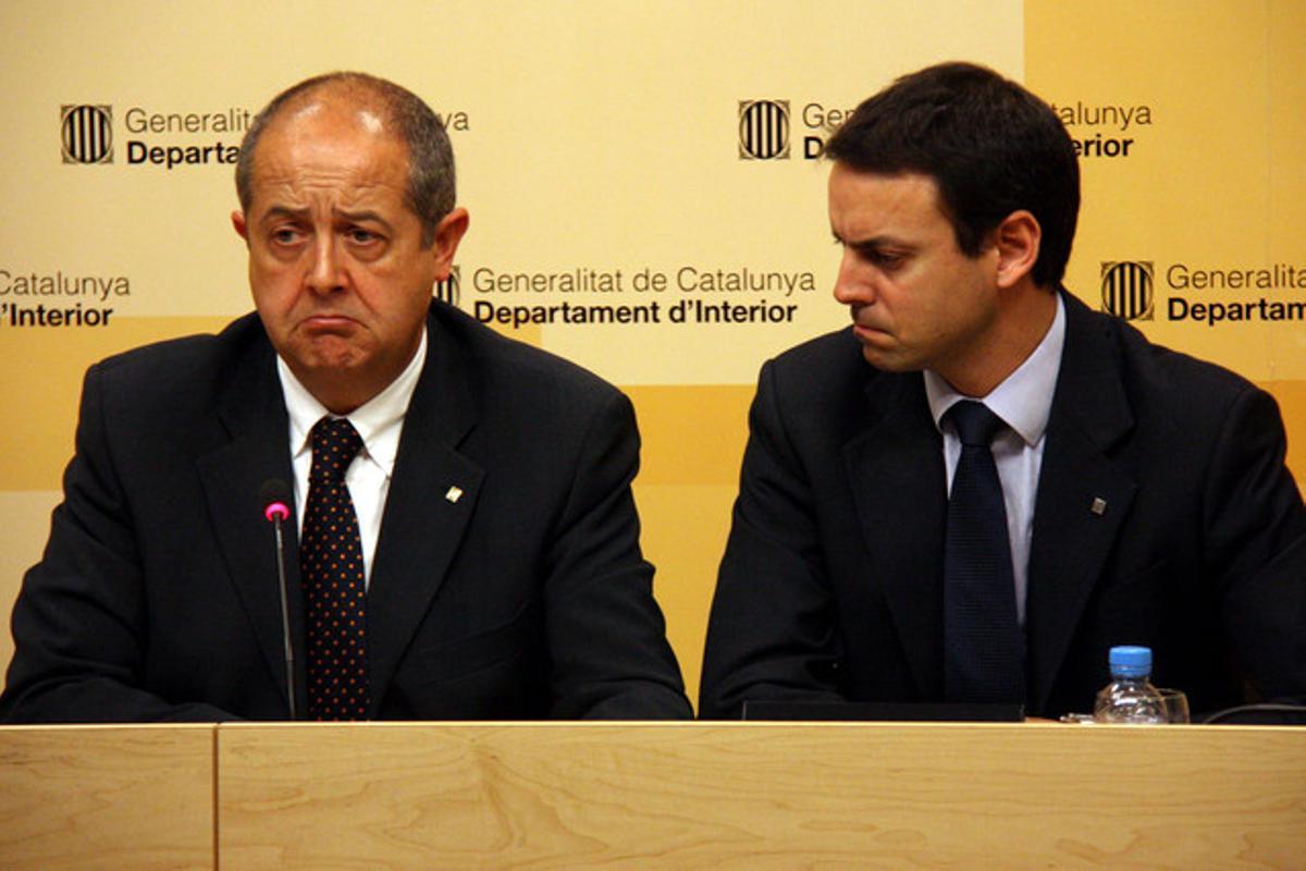 Felip Puig (izquierda), junto al director general de los Mossos d'Esquadra, Manel Prat, este viernes.