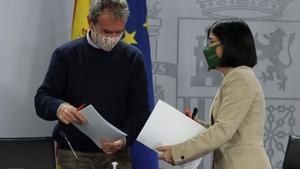 La ministra de Sanidad Carolina Darias, y el director del Centro de Coordinación de Alertas y Emergencias Sanitarias, Fernando Simón.