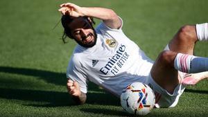 Isco rueda por los suelos durante el partido contra el Huesca.