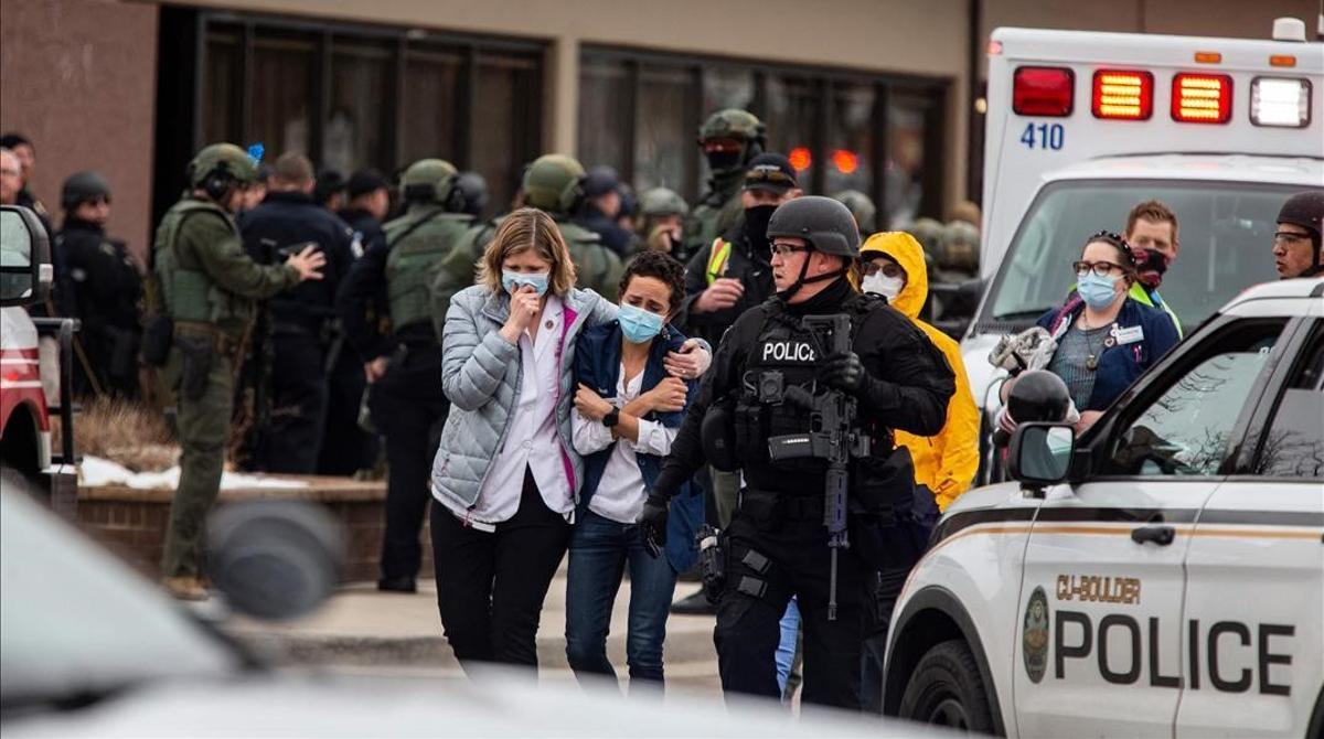 Diez muertos en un tiroteo en un supermercado de Colorado. En la foto, trabajadores sanitarios abandonan la tienda King Sooper, después de que un hombre abriera fuego en su interior.