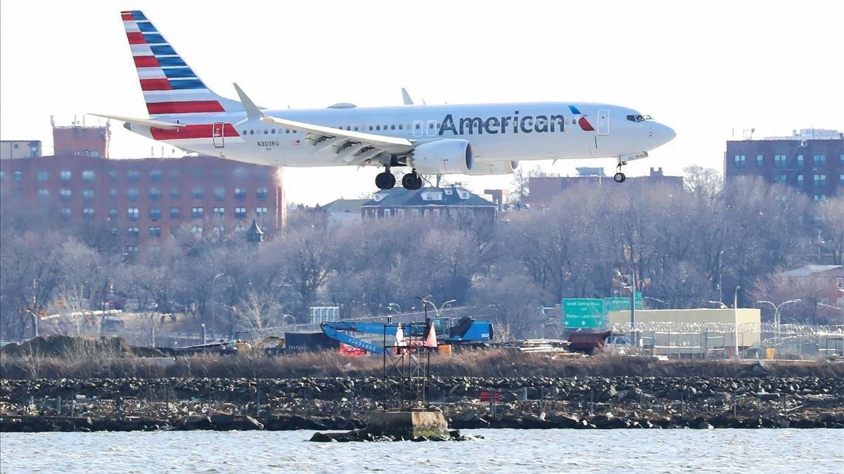 Un Boeing 737 Max 8 de la compañía American Airlines a punto de aterrizar en el aeropuerto de LaGuardia en Nueva York.