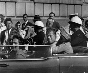 El presidente Kennedy, junto a su esposa, Jacqueline, momentos antes de ser abatido en Dallas, el 22 de noviembre de 1963.
