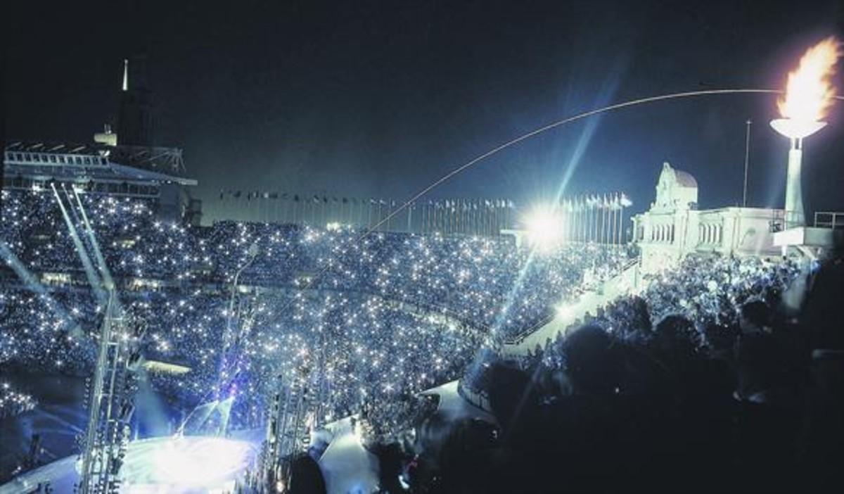 La flecha flamígera disparada por el arquero Rebollo sobrevuela el pebeterodel estadio en el momentode su encendido, la nochedel 25 de julio de 1992.