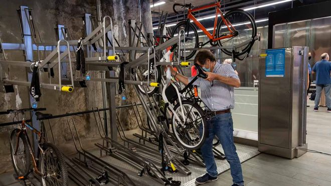 Presentación del sistema de estacionamiento de bicis Bicibox en algunas estaciones del metro de Barcelona