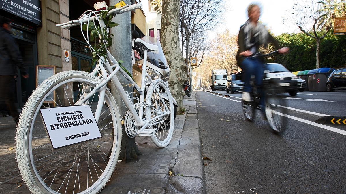 Bicicleta blanca en homenaje a la mujer que falleció en un siniestro de bici en Aribau-Diputació el 2 de enero del 2012. Fue arrollada por un camión que no la vio al girar