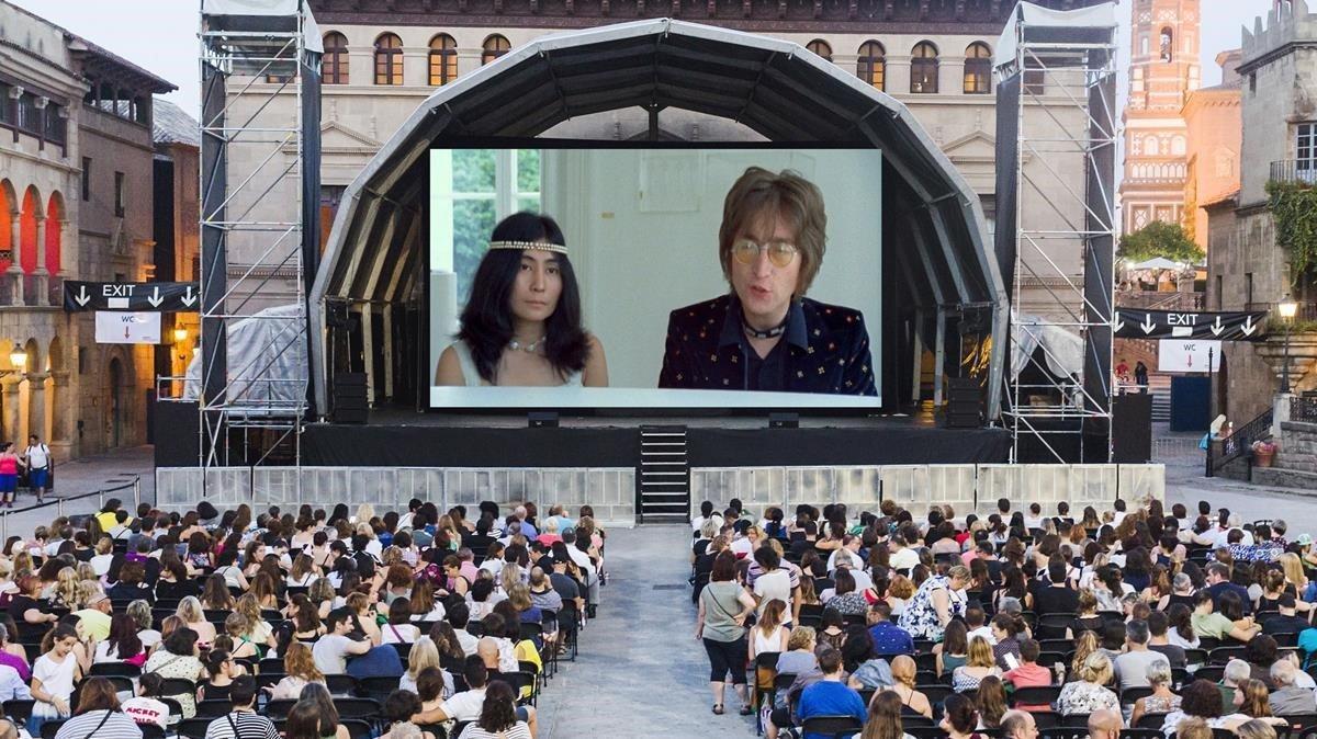 Aspecto de la plaza Major del Poble Espanyol enuna sesión de cine.