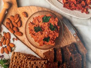 Ejemplo de merienda saludable: sobrasada vegana (almendra cruda, tomate seco, pimiento, pimentón y aceite de oliva virgen extra)