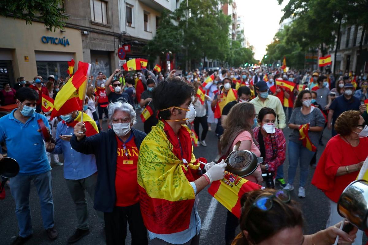 Concentrados protestan contra el Gobierno, este lunes, en Madrid.