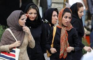 Unas mujeres pasean por una calle de Teherán, la capital de Irán.