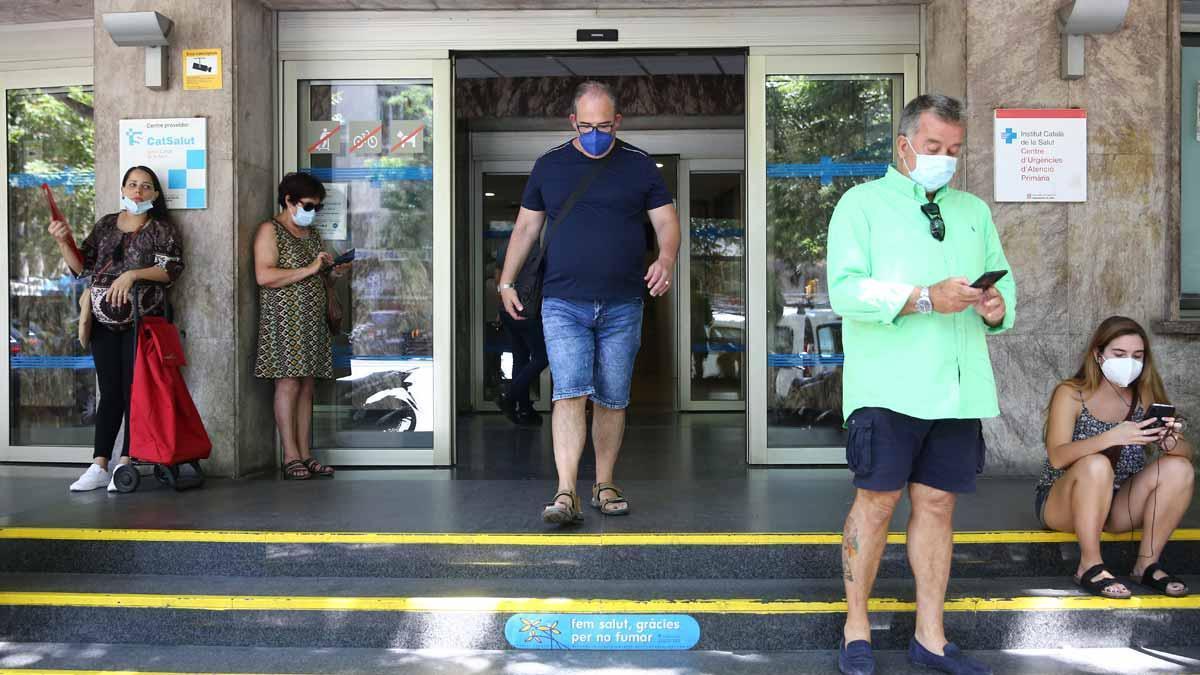 Pacientes a la espera en la puerta del CAP Manso, en Barcelona.