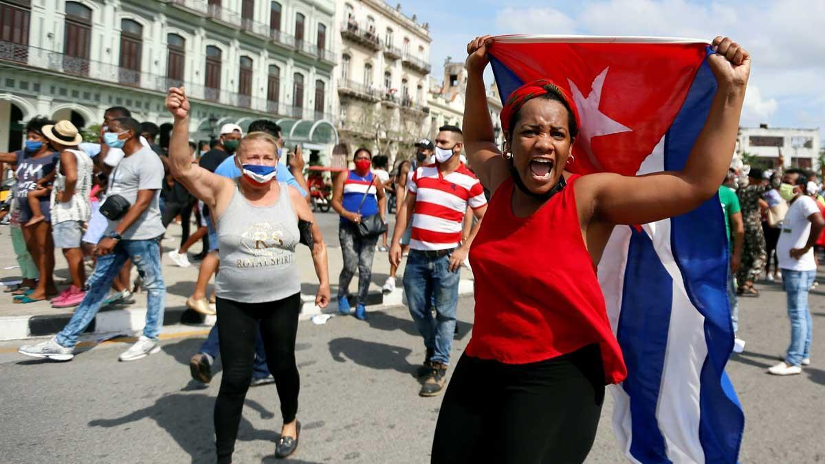 Un grupo de personas manifiestan su apoyo al gobierno cubano en una calle en La Habana.