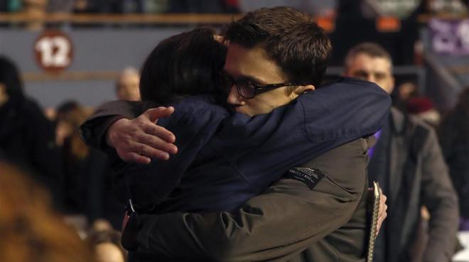 Iglesias y Errejón se abrazan durante la asamblea ciudadana de Vistalegre.