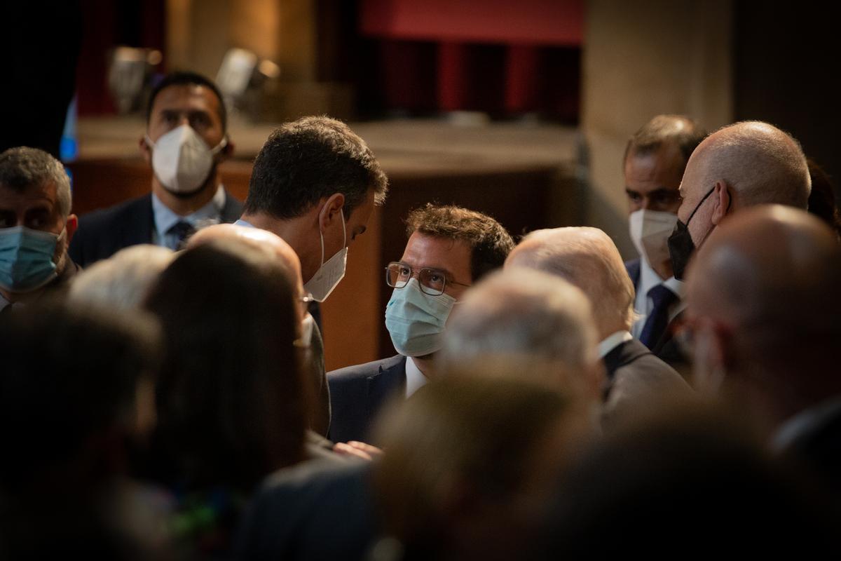 El presidente del Gobierno, Pedro Sánchez, y el 'president' de la Generalitat, Pere Aragonès, charlan en el acto de entrega de la medalla conmemorativa de Foment del Treball, el pasado 7 de junio de 2021 en Barcelona.