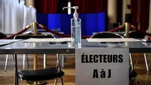 Medidas de desinfección en un centro de votaciones cerca de París.